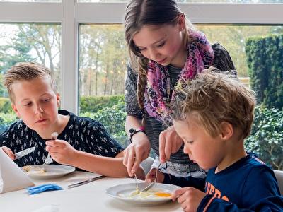 Kinderen in het restaurant van hotel Asteria